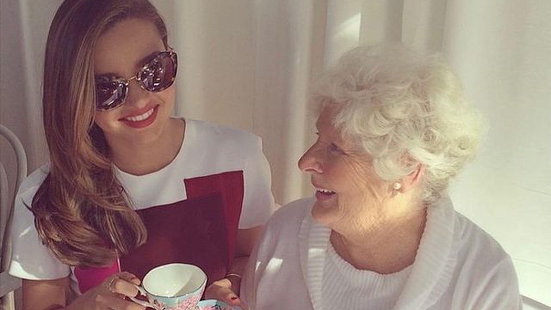 Eine Woche nach ihrem Opa: Miranda Kerr trauert um ihre Oma - Promiflash.de