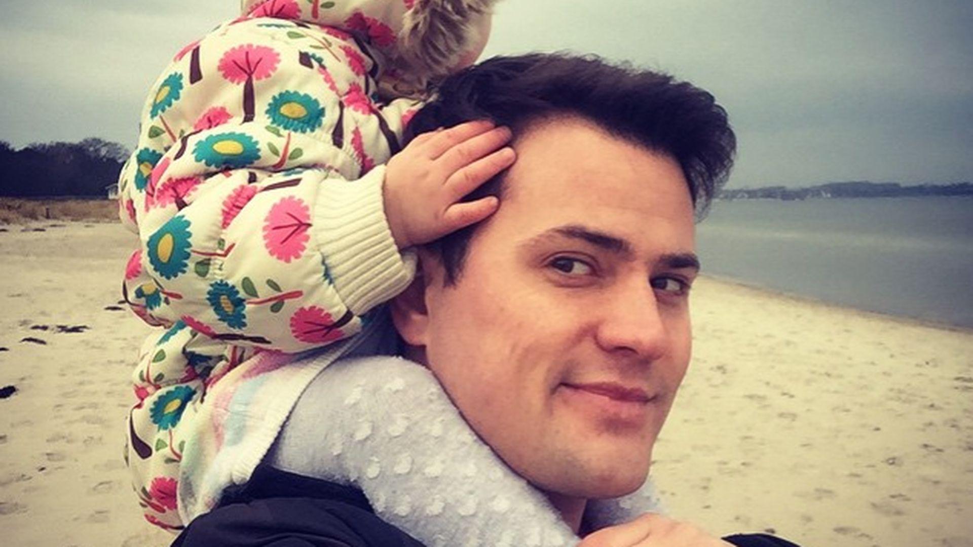 Wie niedlich! Rocco Stark zeigt Amelia das Meer | Promiflash.de