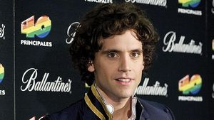 Sänger Mika stopft Schuhe mit Fleisch aus