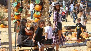 """Alessandra Ambrosio mit vollbeladenem Bollerwagen beim """"Pumpkin Patch"""" in Los Angeles"""
