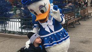 Verliebt in Daisy? Alessio Lombardi schmust mit Disney-Figur