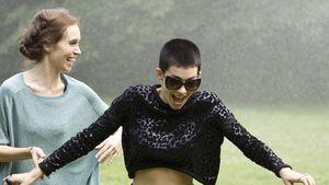 Total süß: 'Frida Gold'-Alina im Sommer-Regen