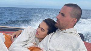 Amelia Hamlin und Scott Disick kuscheln während Bootsausflug