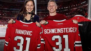 Ana Ivanovic und Bastian Schweinsteiger bei einem Spiel der Chicago Blackhawks