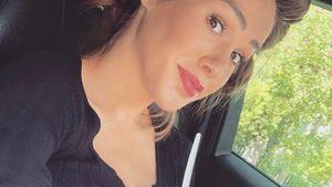 Schwangere Angelina Pannek kann Joghurt auf Bauch abstellen