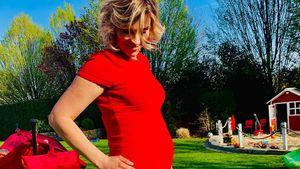 Anna-Maria Zimmermann präsentiert stolz ihren Babybauch