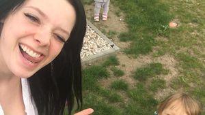 Anne Wünsche und ihre beide Kinder Miley und Juna im Garten