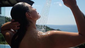 Ashley Graham beim Duschen
