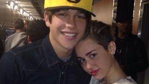Stolz wie Oskar: Austin Mahone von Miley umarmt