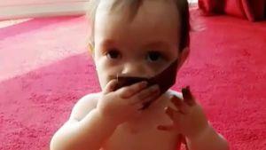 Gefahr? Cocos Tochter Chanel (1) futtert Mamas Lidschatten