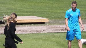 Schweinsteiger übt das Kicken mit seiner Sarah