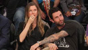 Behati Prinsloo und Adam Levine beim Basketball