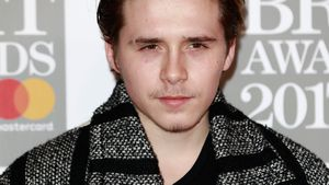 Mit Armschlinge: Brooklyn Beckham nach Crash bei BRIT Awards