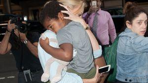 Paparazzi-Panik: Hier beschützt Charlize Theron ihr Söhnchen