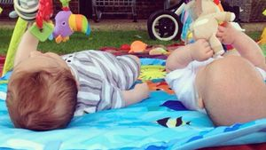 Elsa Patakys süße Zwillinge machen Baby-Gymnastik