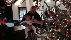 Christian Tews und seine Tochter vor dem heimischen Weihnachtsbaum