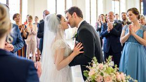 Clara (Jeannine Wacker) und Adrian (Max Alberti) bei ihrer Hochzeit