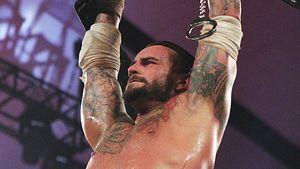 CM Punk stellt die neuen Champions der WWE vor