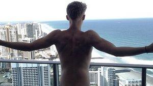Knack-Po: Cody Simpson nackt auf einem Balkon