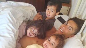 Süß! Hier liegt Cristiano Ronaldo mit seiner Familie im Bett