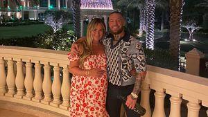 Conor McGregor posiert mit seiner hochschwangeren Verlobten
