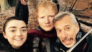Ed Sheeran mit Maisie Williams und weiteren GoT-Crew-Mitgliedern am Serienset