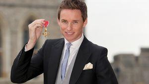 """Eddie Redmayne mit der """"Order of the British Empire""""-Auszeichnung"""