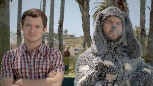 Elijah Wood: Wer ist denn dieser flauschige Kerl?