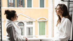 Emily (Anne Menden) und Jasmin (Janina Uhse) in Venedig