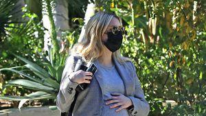 Ganz in Grau: Schwangere Emma Roberts zeigt ihre Babykugel