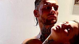 Komplett nackt: Eric und Edith Stehfest kuscheln im Netz