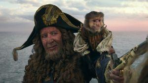 """Geoffrey Rush mit seinem tierischen Partner in """"Pirates of the Caribbean: Salazars Rache"""""""