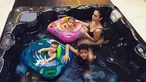 Süßer Badespaß: Hier planschen Ronaldos Twins im Pool!