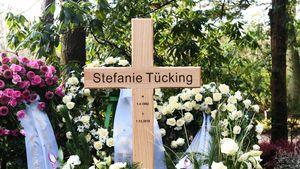 Woche nach Beerdigung: Stefanie Tückings Grab voller Blumen