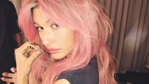 Pretty in Pink: Hailey Baldwin sagt bye zur blonden Mähne!
