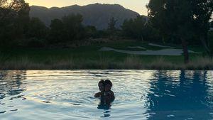Süß! Kylies Tochter Stormi schwimmt mit Model Hailey Bieber
