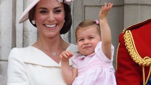 """Herzogin Kate mit Prinzessin Charlotte und Prinz George bei der """"Trooping the Colour""""-Parade"""