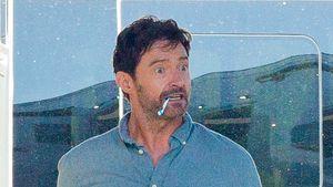 Nanu? Hier läuft Hugh Jackman mit Zahnbürste im Mund herum