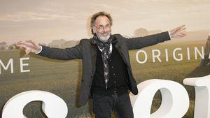 Hugo Egon Balder mit einem gebrochenen Fuß auf Theaterbühne