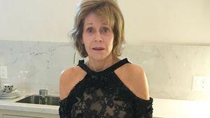 Outfit-Panne: Jane Fonda kommt einfach nicht aus ihrem Kleid