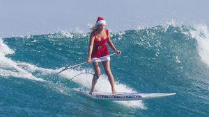 Sexy Santa! Janni Kusmagk surft im Weihnachts-Minidress