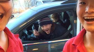 Jason Segel: Photobomb am Donut-Drive-in!