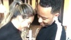 Helfer-Hubby: John Legend zwängt seine Chrissy in die Hose!