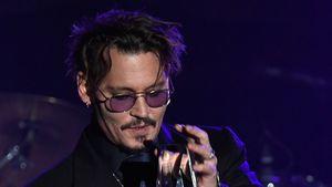 """Johnny Depp bekommt bei der Benefizveranstaltung """"Rhonda's Kiss"""" im November 2016 einen Preis, L.A."""