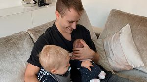 Hier kuschelt Julian Claßen mit Sohn Lio und Baby Emily!