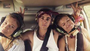 Justin Bieber umrahmt von zwei Schönheiten
