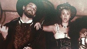 Saloon-Chick: Kaley Cuoco zeigt ihr Strumpfband