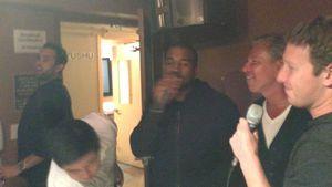 Was war da los? Kanye West singt mit Mark Zuckerberg Karaoke