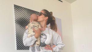 Erstes Foto: Neu-Mama Katharine McPhee knuddelt Baby Rennie
