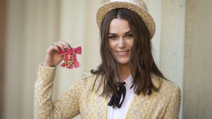 Amüsantes Outfit: Keira Knightley bekommt Orden von Charles